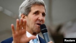 美國國務卿克里8月1日在伊斯蘭堡使館講話。