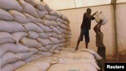 Ảnh tư liệu - Những người đàn ông vận chuyển thực phẩm cứu trợ nhân đạo lên xe tải ở Sevare, ngày 4 tháng 2 năm 2013.