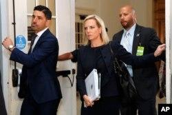 커스텐 닐슨 국토안보부 장관(가운데)이 25일 히스패닉계 의원 모임인 '의회 히스패닉 코커스 (CHC)' 에 참석하기 위해 워싱턴 D.C.의 연방 의사당에 도착하고 있다.