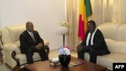 Le premier ministre malien Diango Cissoko (G) et le président Dioncounda Traoré à la résidence présidentielle à Bamako le 12 décembre 2012.