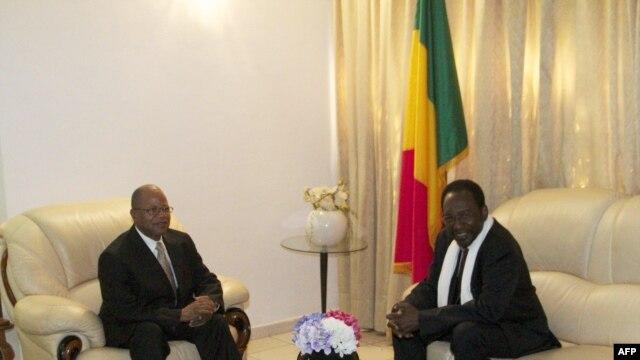 Dans cette photo du 12 déc. 2012, le Premier ministre Diango Cissoko (à g.) s'entretient avec le président Traoré à Bamako.