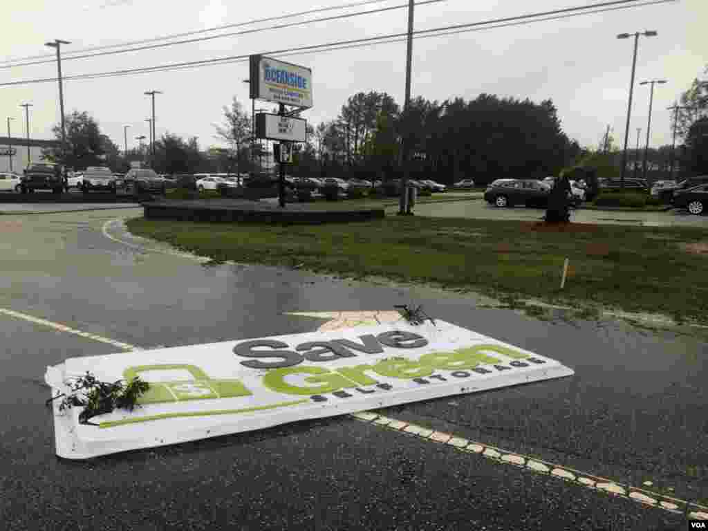 Primeras consecuencias del huracán Florence en Avon, Carolina del Norte. Fuertes vientos arrasaron con lo que encontraron a su paso.