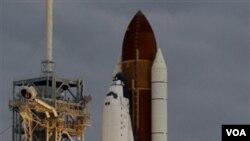Pesawat ulang-alik Endeavour saat meluncur dari landasan di pusat antariksa Kennedy di Cape Canaveral, Florida Senin pagi (16/5).