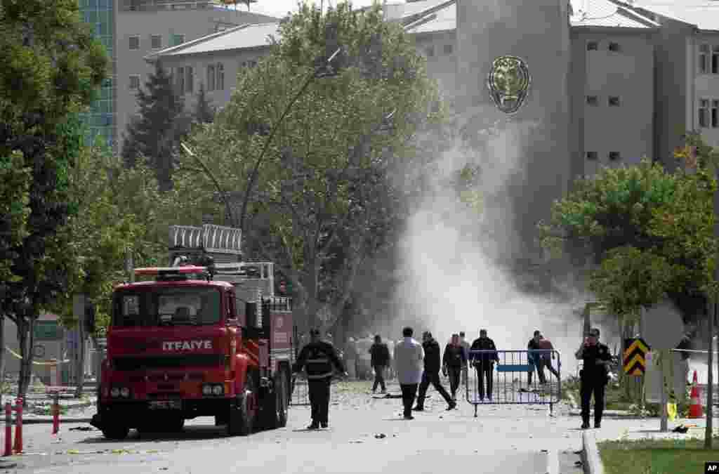 گزشتہ ماہ بھی غازی انتپ نامی شہر کے اہم پولیس سٹیشن کے پاس ایک بم دھماکہ ہوا تھا جس میں ایک شخص ہلاک اور 14 زخمی ہوئے تھے۔