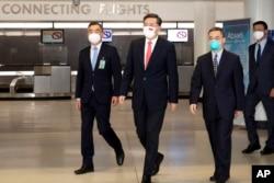 资料照:中国新任驻美大使秦刚(左二)抵达美国。(2021年7月28日)