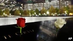 گل هایکه در جای نام دو تن از قربانیان حملۀ ۱۱ سپتمبر گذاشته شده است.
