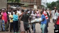 Un cadavre retrouvé dans le quartier de Nyakabiga à Bujumbura, samedi 12 décembre 2015. (AP Photo)