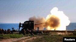 Tentara menembakkan artileri dalam sebuah kunjungan pemimpin Korea Utara Kim Jong Un di Ung Islet, Korea Utara.