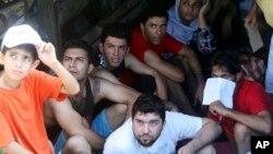 지난 5월 인도네시아에서 호주로 망명을 시도하다 체포된 이란인들. (자료사진)