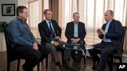 Presiden Rusia Vladimir Putin, kanan, bertemu, dari kiri, Direktur Eksekutif IOC Gilbert Felli, Kepala Komisi Koordinasi Komite Olimpiade Internasional Jean-Claude Killy dan pimpinan IOC Jacques Rogge, di kota wisata Laut Hitam, Sochi (fto: Dok).