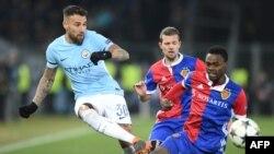 Le défenseur de Manchester City, Nicolas Otamendi, dégage le ballon face à l'attaquant du FC Bâle, Dimitri Oberlin, lors du match aller de Champions League au stade Saint Jakob-Park de Bâle, le 13 février 2018
