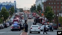 16일 총격이 발생한 미국 워싱턴의 해군 시설 주변에 경찰과 구급차들이 출동했다.