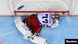 러시아와 미국 아이스 하키 승부차기에서 러시아 골리 보브로브스키가 미국 T.J. 오쉬 선수의 여섯번째 골을 허용하고 있다.