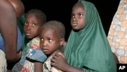 Des enfants -captifs des extrémistes islamistes dans la forêt de Sambisa- secourus par l'armée nigériane, arrivent dans un camp à Yola, au Nigeria, le 2 mai 2015. (AP Photo/Sunday Alamba)