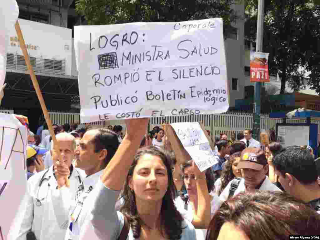 Cansados de promesas del gobierno, médicos y personal de salud salen a protestar a las calles de Venezuela porque no pueden trabajar por falta de insumos y medicinas.
