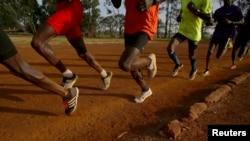 Des athlètes s'entraînent un matin à l'Université de Eldoret dans l'ouest du Kenya, le 21 mars 2016.