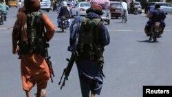 Rebeldes Talibã numa rua em Kabul