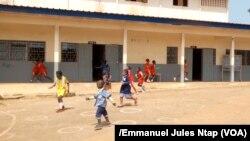 Dans la cours de récréation, les élèves d'une école primaire à Yaoundé, le 15 décembre 2017.(VOA/EmmanuelJulesNtap)