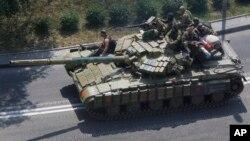 지난 10일 우크라이나 동부 친 러 분리주의 반군 점령지역인 도네츠크에서 반군들이 탑승한 탱크가 촬영됐다. (자료사진)