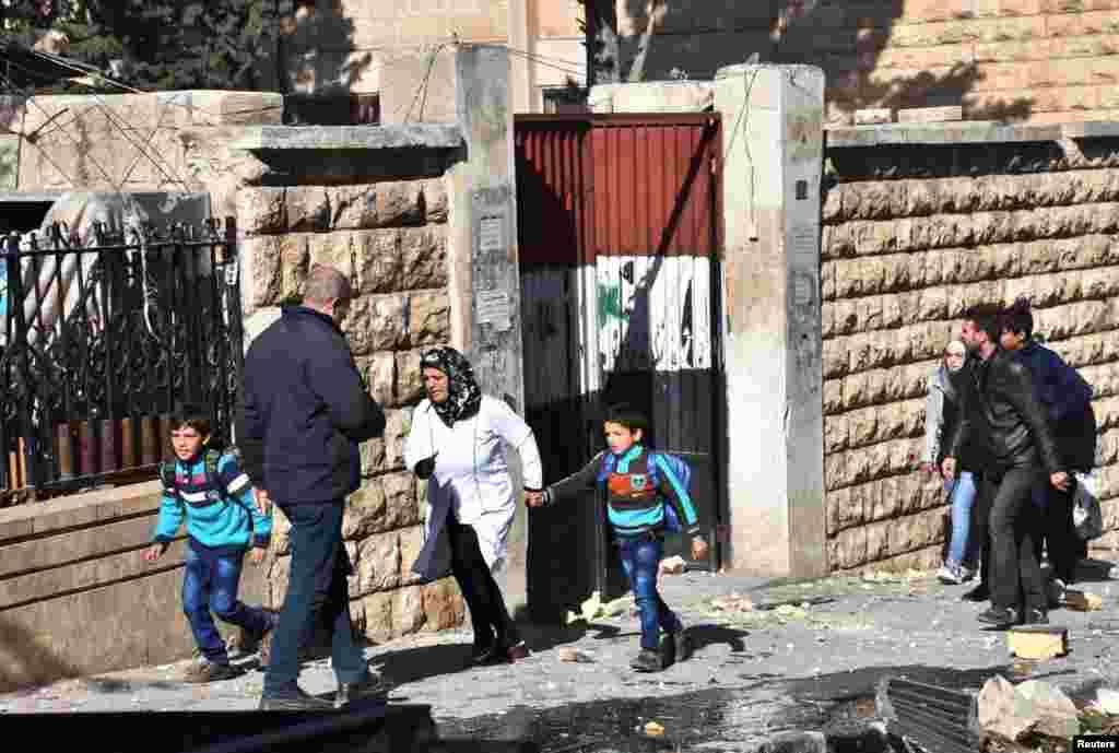 حلب سے نقل مکانی کرنے والوں میں عورتیں اور بچے شامل ہیں۔