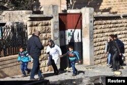 ພວກເດັກນ້ອຍນັກຮຽນ ຍົກຍ້າຍອອກໄປຈາກໂຮງຮຽນ ຫລັງຈາກ ມີການຍິງປືນໃຫຍ່ ໂດຍພວກ ຊີເຣຍທີ່ຕໍ່ຕ້ານລັດຖະບານ ໃສ່ເຂດທີ່ຄວບຄຸມ ໂດຍລັດຖະບານຊີເຣຍ ທາງພາກຕາເວັນຕົກ ຂອງເມືອງ Aleppo, ໃນພາບໃບປິວ ທີ່ສະໜອງໂດຍ ກຸ່ມ SANA ໃນວັນທີ 20 ພະຈິກ 2016.