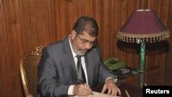 埃及總統穆爾西星期三在開羅簽署法令,使新憲法生效