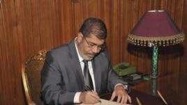Prezida wa Misiri, Mohamed Morsi Ariko Atera Igikumu kw'Itegeko Rishira mu Ngiro Ibwirizwa Nshingiro Rishasha