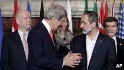 Sakataren harkokin wajen Amurka, John Kerry a lokacin da yake ganawa da shugaban kungiyar adawar Syria, Moaz al-Khatib, Alhamis, Fabrairu. 28, 2013. (AP)
