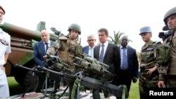 Le Premier ministre Manuel Valls a rendu visite à l'armée française basée à Abidjan, Côte d'Ivoire, le 30 octobre 2016.