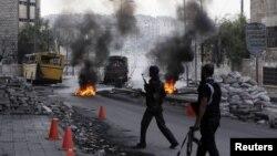 叙利亚反政府自由叙利亚军的人员2012年10月17日守卫在阿勒颇城他们纵火焚烧的地区