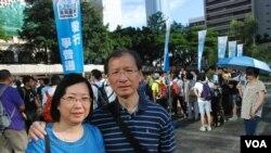 香港市民蒲先生與太太一同參與毅行爭普選,呼籲更多港人參與佔中全民投票 (美國之音湯惠芸拍攝)