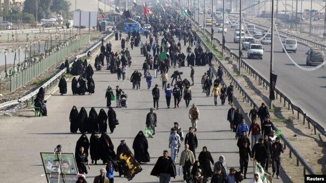 Người Hồi giáo Shia hành hương trên đường đến Karbala dự lễ hội Arbaeen.