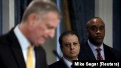 Savcı Preet Bharara, New York Belediye Başkanı Bill de Blasio'yla (solda) birlikte Ocak'ta katıldığı basın toplantısında.