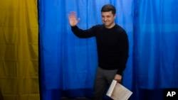 Ukrajinski komičar i predsednički kandidat Volodimir Zelenski posle glasanja u Kijevu, 31. mart 2019 (AP Foto/Emilio Morenatti)