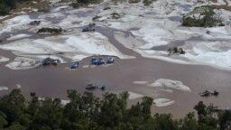 Operasi penambangan emas ilegal di sebuah sungai di Kalimantan Selatan di mana penambang menggunakan merkuri yang mencemari sungai dan tanah yang menyebabkan kerusakan lingkungan dan membahayakan kesehatan, termasuk terkena penyakit minamata. (Foto: AFP/Romeo Gacad)