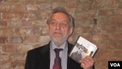 Михаил Мильчик - составитель книги с сигнальным экземпляром