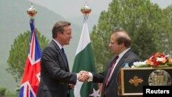 Thủ tướng Anh David Cameron (trái) và Thủ tướng Pakistan Nawaz Sharif trong cuộc họp báo chung tại Islamabad, 30/6/13