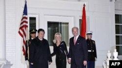 Phó Tổng thống Hoa Kỳ Joe Biden và phu nhân Jill Biden đón tiếp Phó Chủ tịch Trung Quốc Tập Cận Bình tới dự bữa ăn tối tại Naval Observatory, dinh thự của phó tổng thống Mỹ ở Washington, ngày 14/2/2012