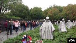 남북한 청년들의 DC 한국전 기념 공원 방문