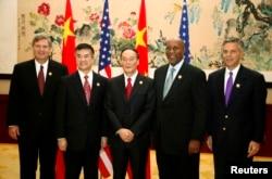 2009年10月29日,(左起)美国农业部长维尔萨克,商务部长骆家辉,中国副总理王岐山,美国贸易代表科克,美国驻华大使洪博培在杭州合影