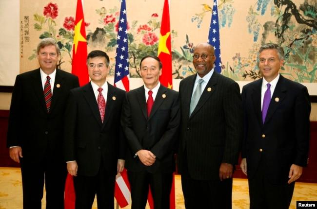 2009年10月29日,(左起)美國農業部長維爾薩克,商務部長駱家輝,中國副總理王岐山,美國貿易代表科克,美國駐華大使洪博培在杭州參加美中對話期間合影。