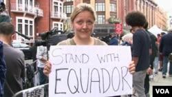 Người biểu tình ủng hộ ông Assange bên ngoài Ðại sứ quán Ecuador ở London