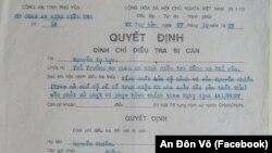 """Quyết định đình chỉ điều tra của công an Phú Yên đối với thầy giáo Nhiên. Đây là lần đầu tiên ông Nhiên đưa ra tài liệu mà, theo ông cho biết, cơ quan công an nói ông """"phải giữ bí mật""""."""