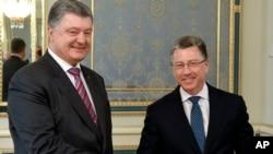 烏克蘭總統波羅申科(左)2018年5月16號在基輔與美國的烏克蘭談判特別代表沃爾克見面