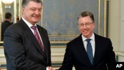 Presiden Ukraina Petro Poroshenko, kiri, dan Perwakilan Khusus AS untuk Ukraina Kurt Volker, di Kyiv, 16 Mei 2018.
