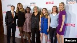 """La creadora Jenji Kohan, centro, junto a todo el elenco de la serie """"Orange is the new black""""."""