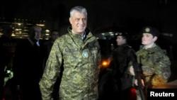 Predsednik Kosova Hašim Tači prolazi pored vojnika KBS tokom ceremonije osnivanja vojske u Prištini, 14. dembar 2018. (Foto: Reuters)