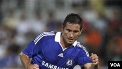 Gelandang Chelsea, Frank Lampard mencetak gol kemenangan bagi The Blues lewat tendangan penalti.