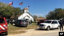 Polisi mengamankan lokasi pasca penembaka di sebuah gereja di Sutherland Springs, Texas, Minggu (5/11).