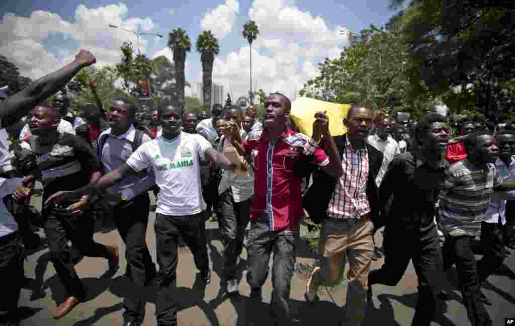 Kenyan students march in memory of the victims of the Garissa college attack in downtown Nairobi, April 7, 2015.